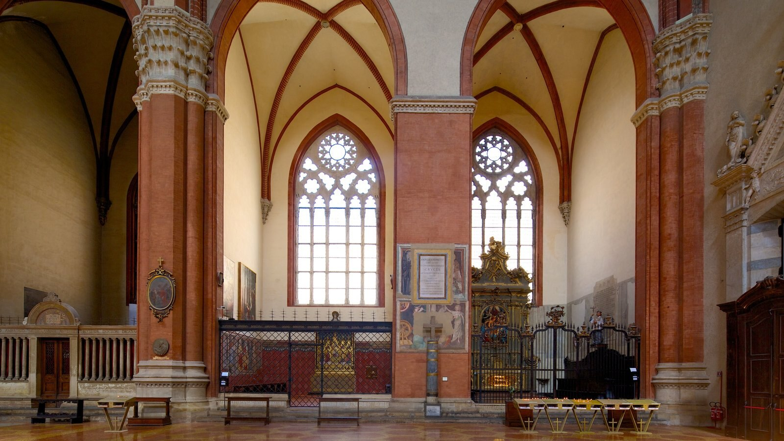 Basilica S. Petronio caracterizando vistas internas, aspectos religiosos e uma igreja ou catedral