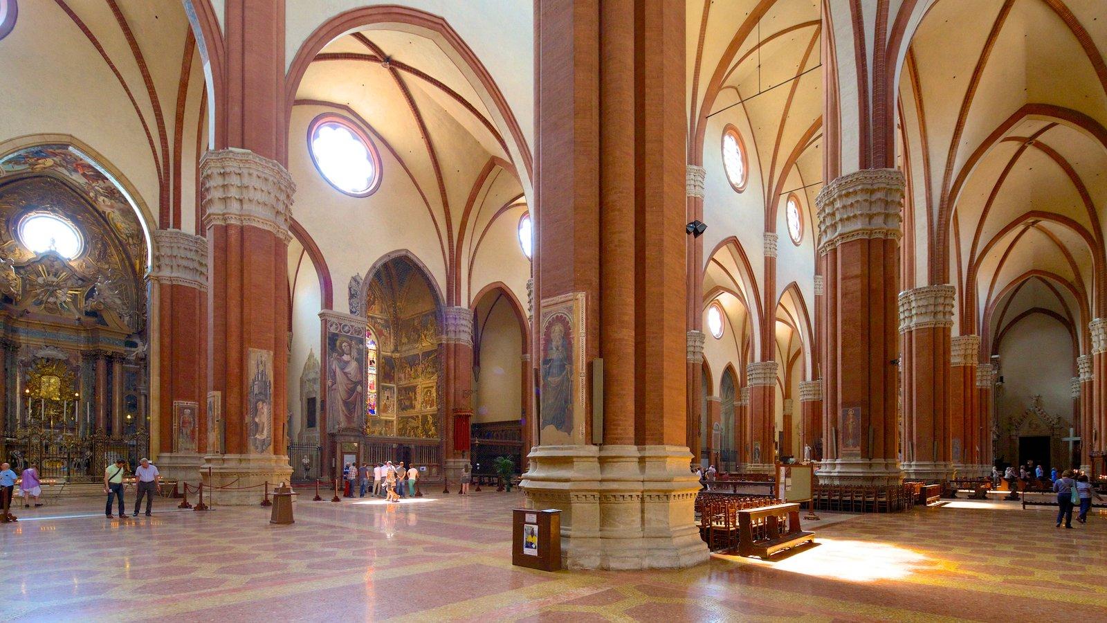Basilica S. Petronio que inclui vistas internas, elementos religiosos e uma igreja ou catedral