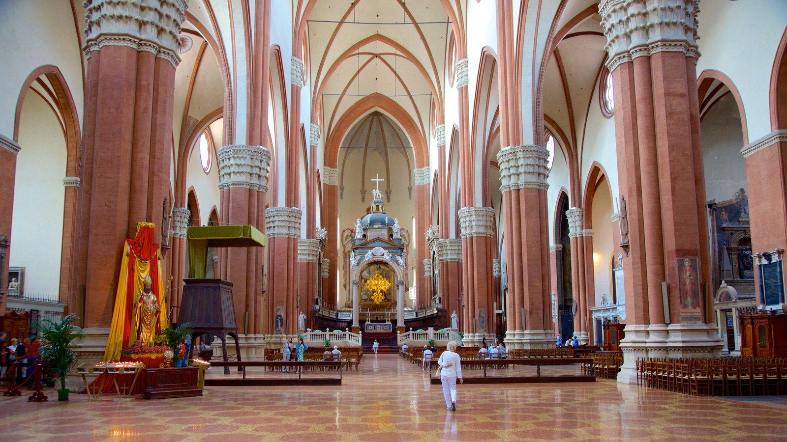 Basilica S. Petronio que inclui arquitetura de patrimônio, uma igreja ou catedral e vistas internas