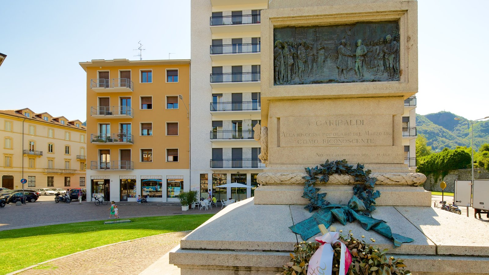 Piazza Vittoria showing a memorial and a monument