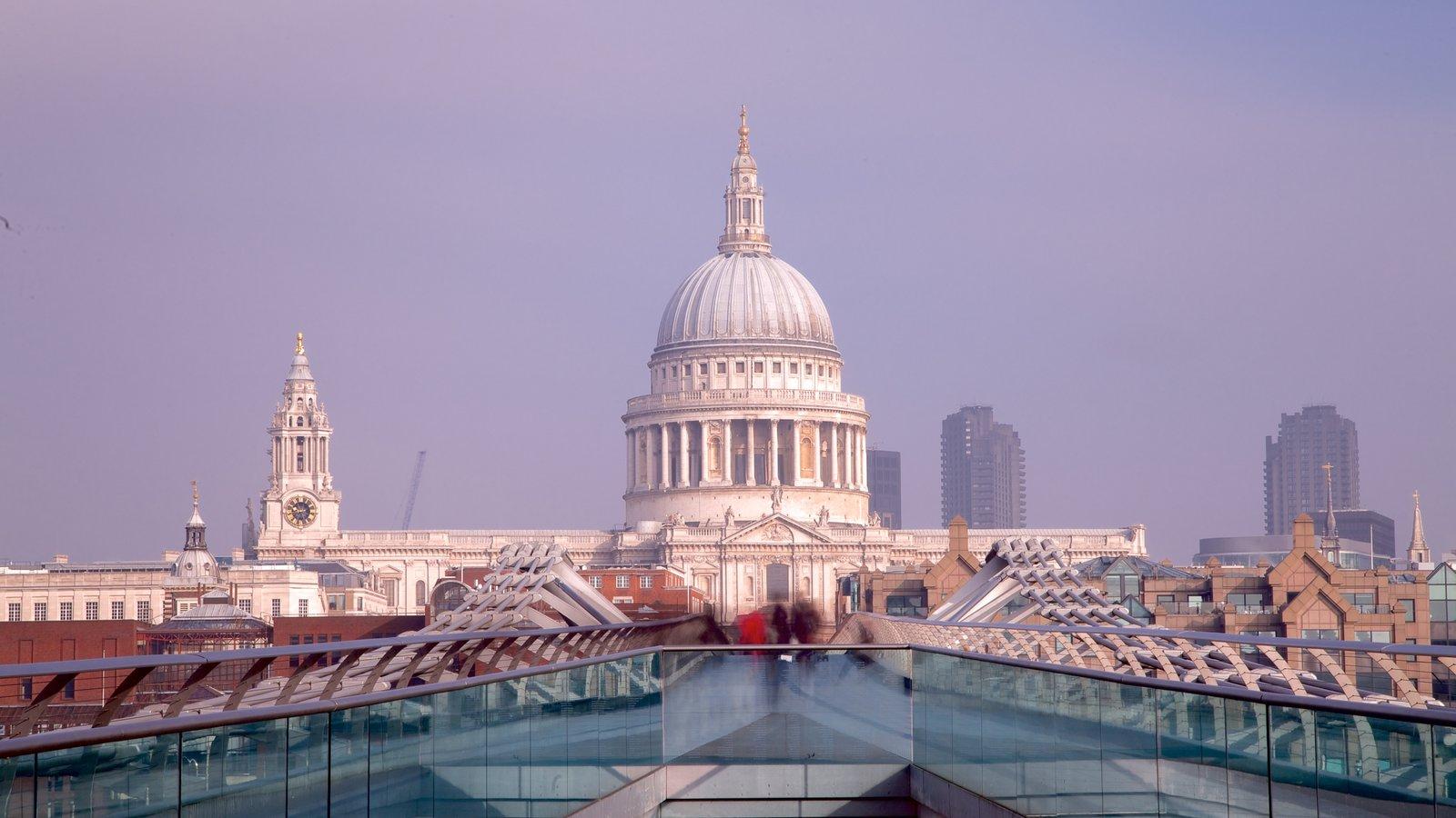 St. Paul\'s Cathedral caracterizando uma cidade e uma igreja ou catedral