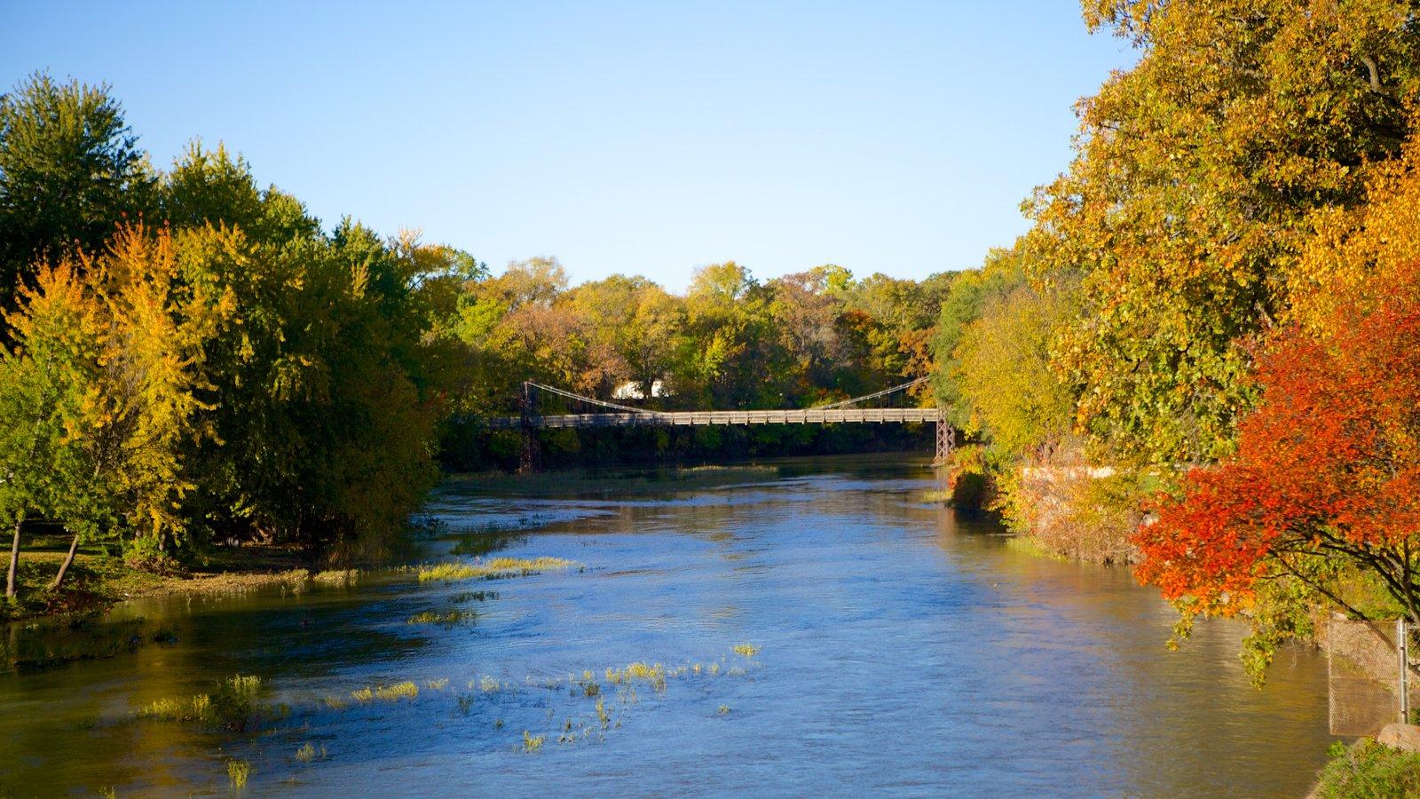 Pontiac mostrando um rio ou córrego e cores do outono