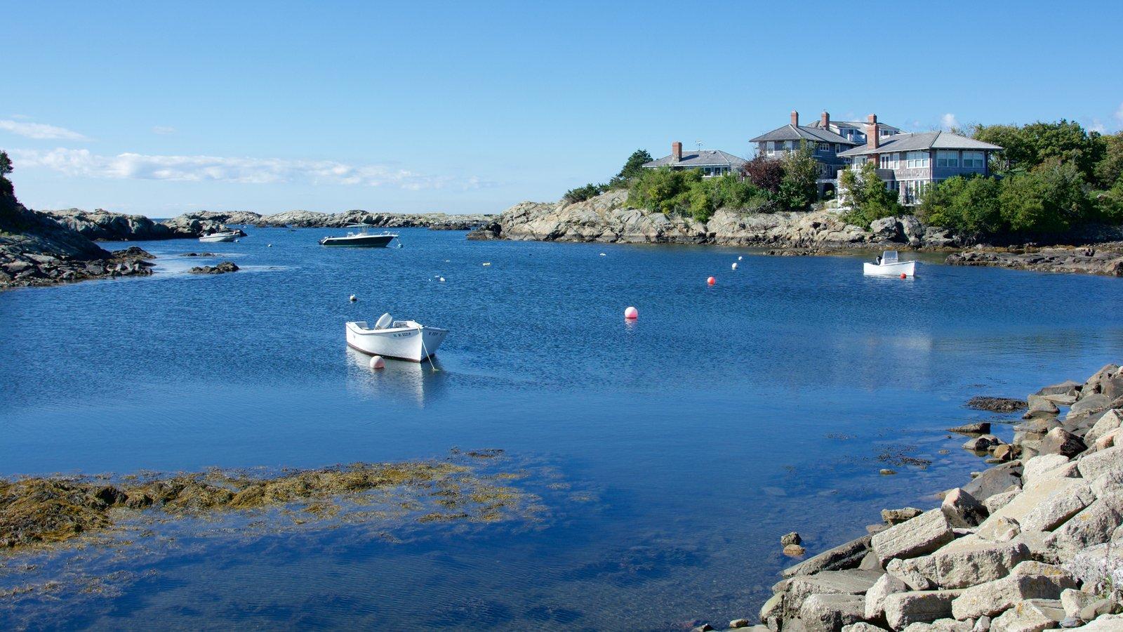 Newport ofreciendo costa rocosa y una bahía o puerto