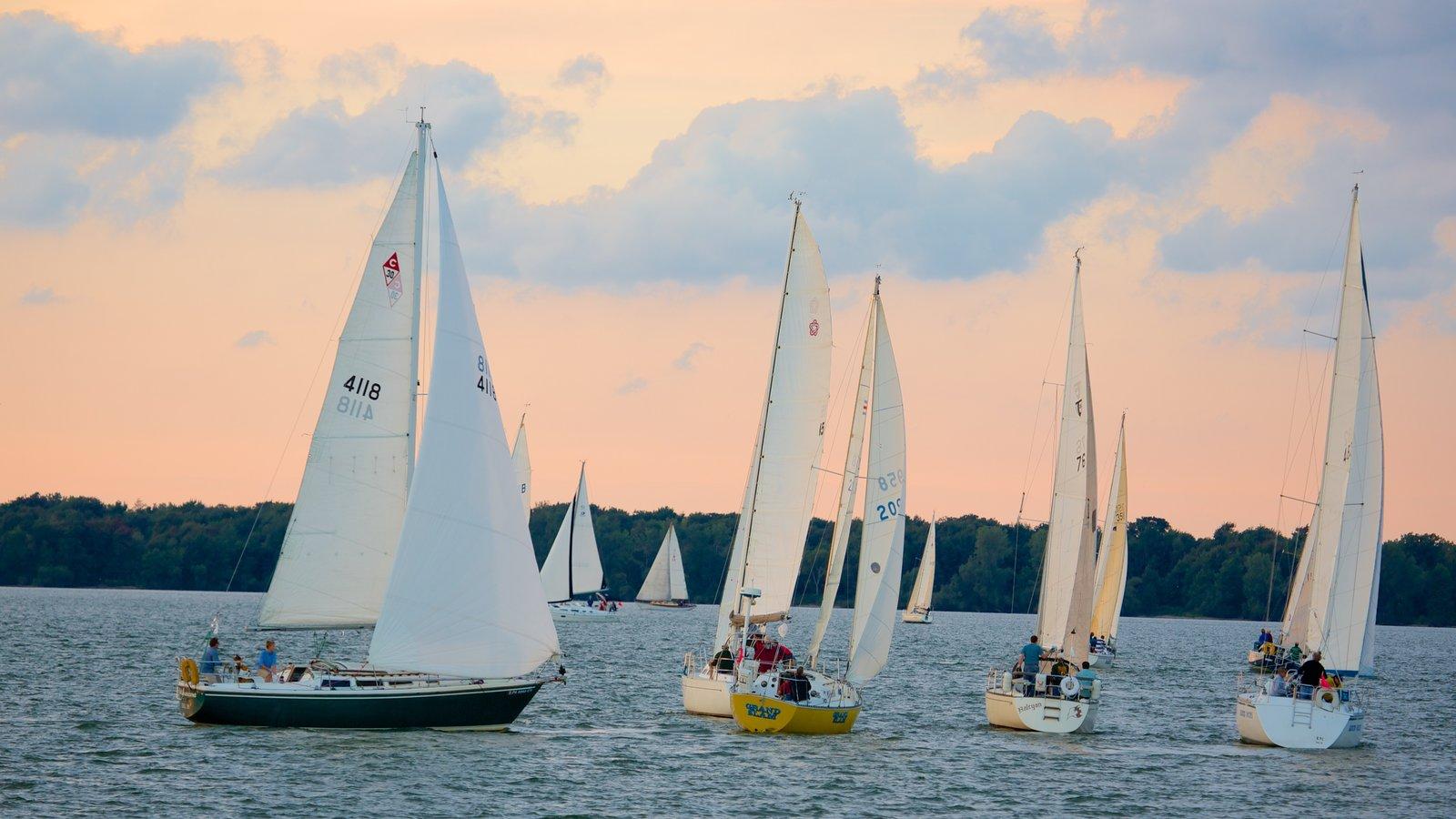 Erie que inclui um pôr do sol, um lago ou charco e vela