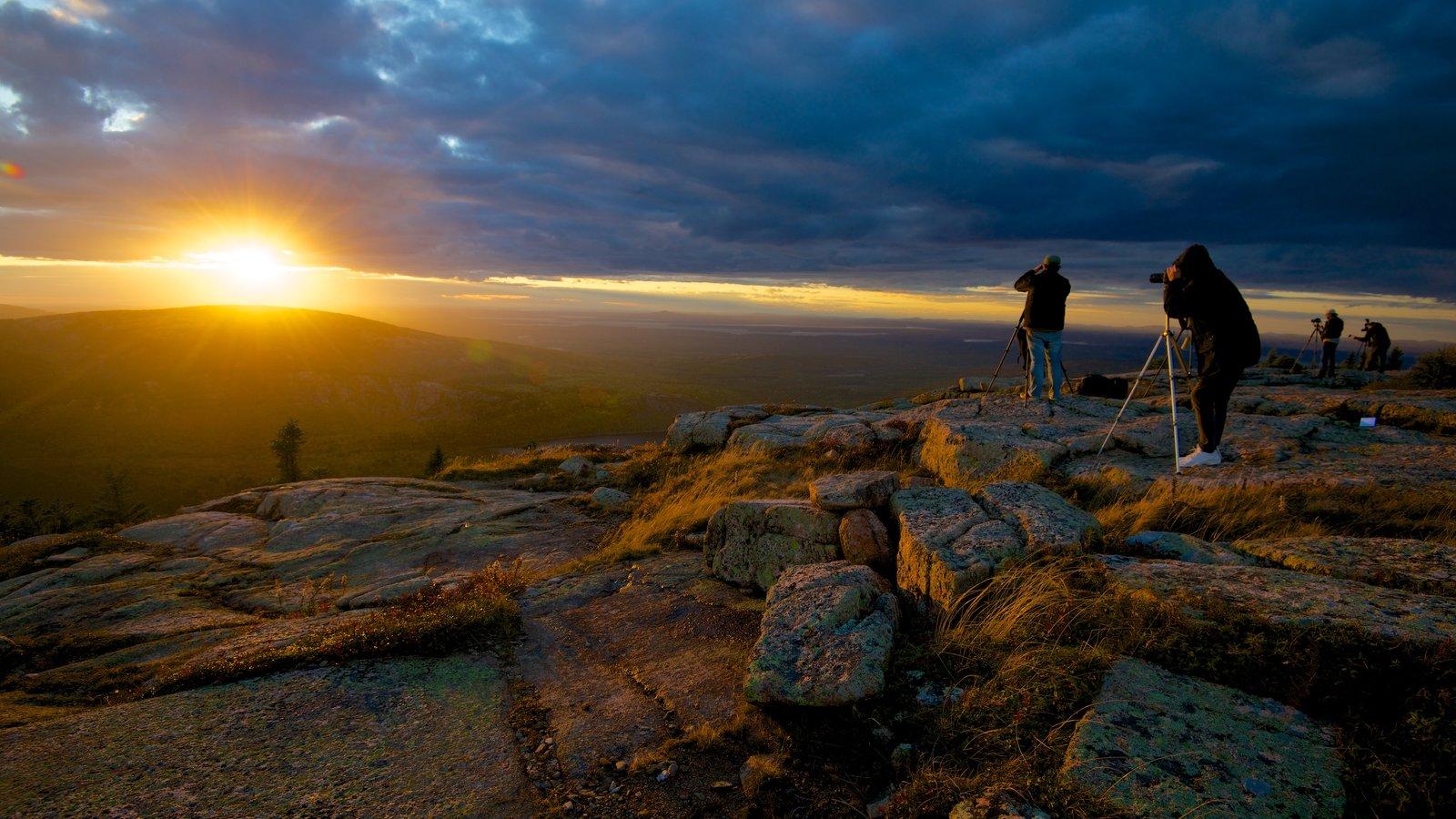 Cadillac Mountain que incluye montañas, una puesta de sol y vistas de paisajes