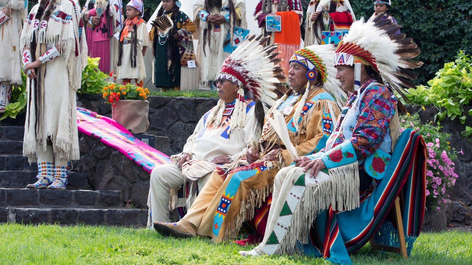 Pendleton que incluye cultura indígena y también un pequeño grupo de personas