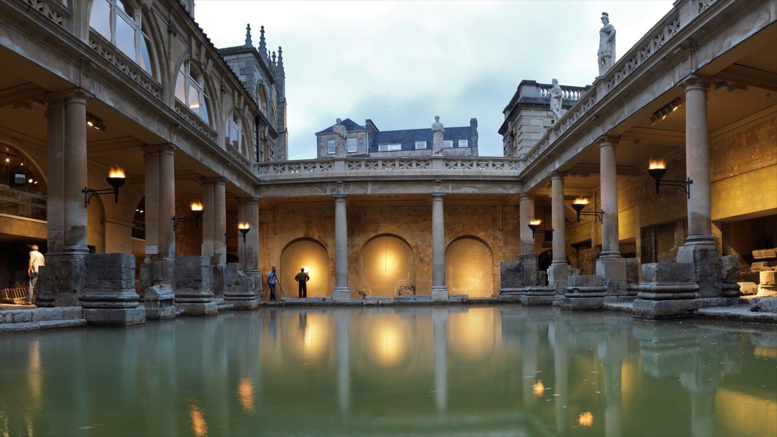 Banhos romanos que inclui elementos de patrimônio, arquitetura de patrimônio e cenas noturnas