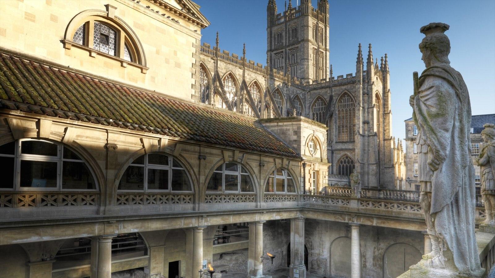 Banhos romanos que inclui elementos de patrimônio, arquitetura de patrimônio e uma estátua ou escultura
