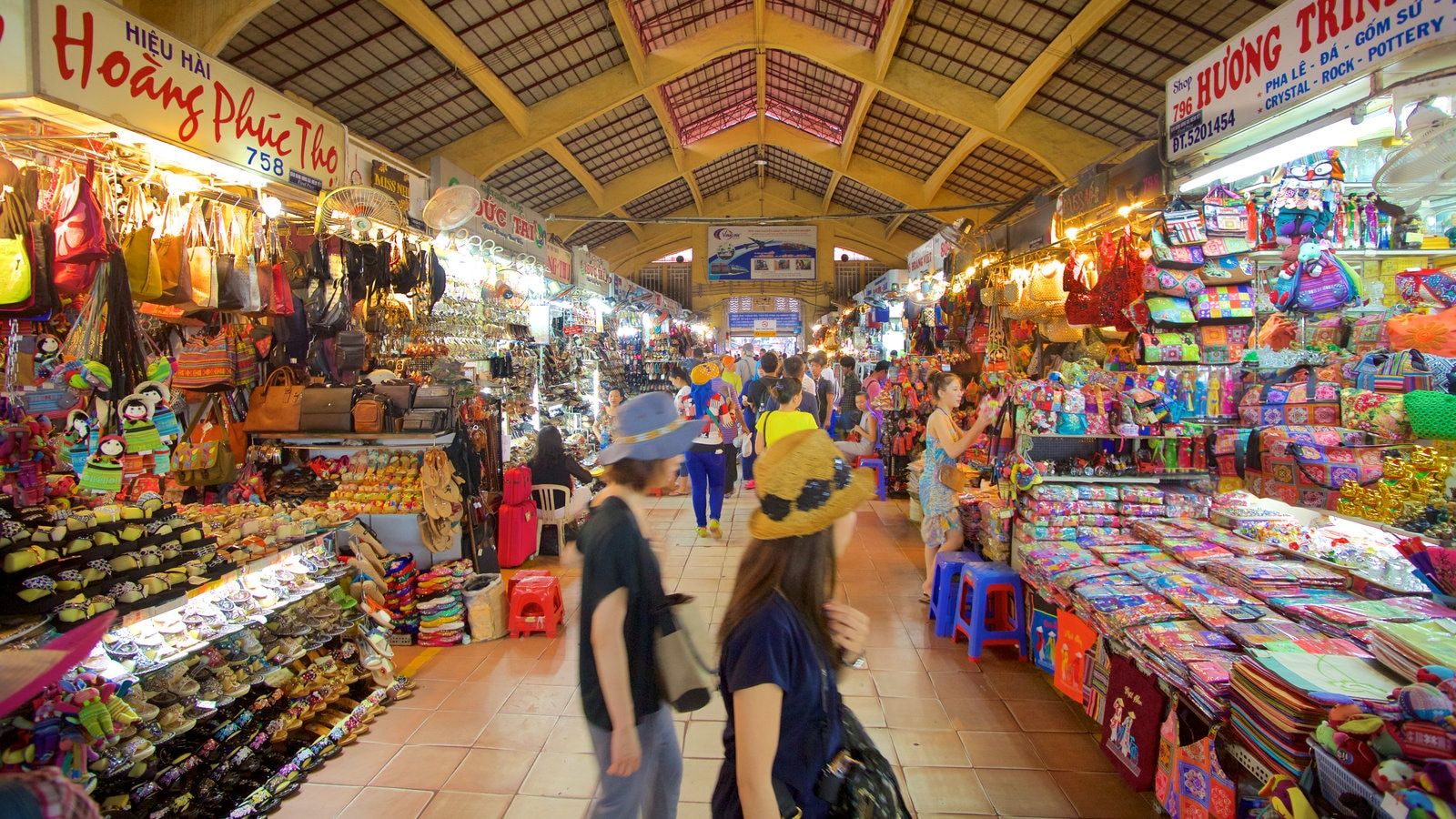 Ben Thanh Market showing markets and shopping