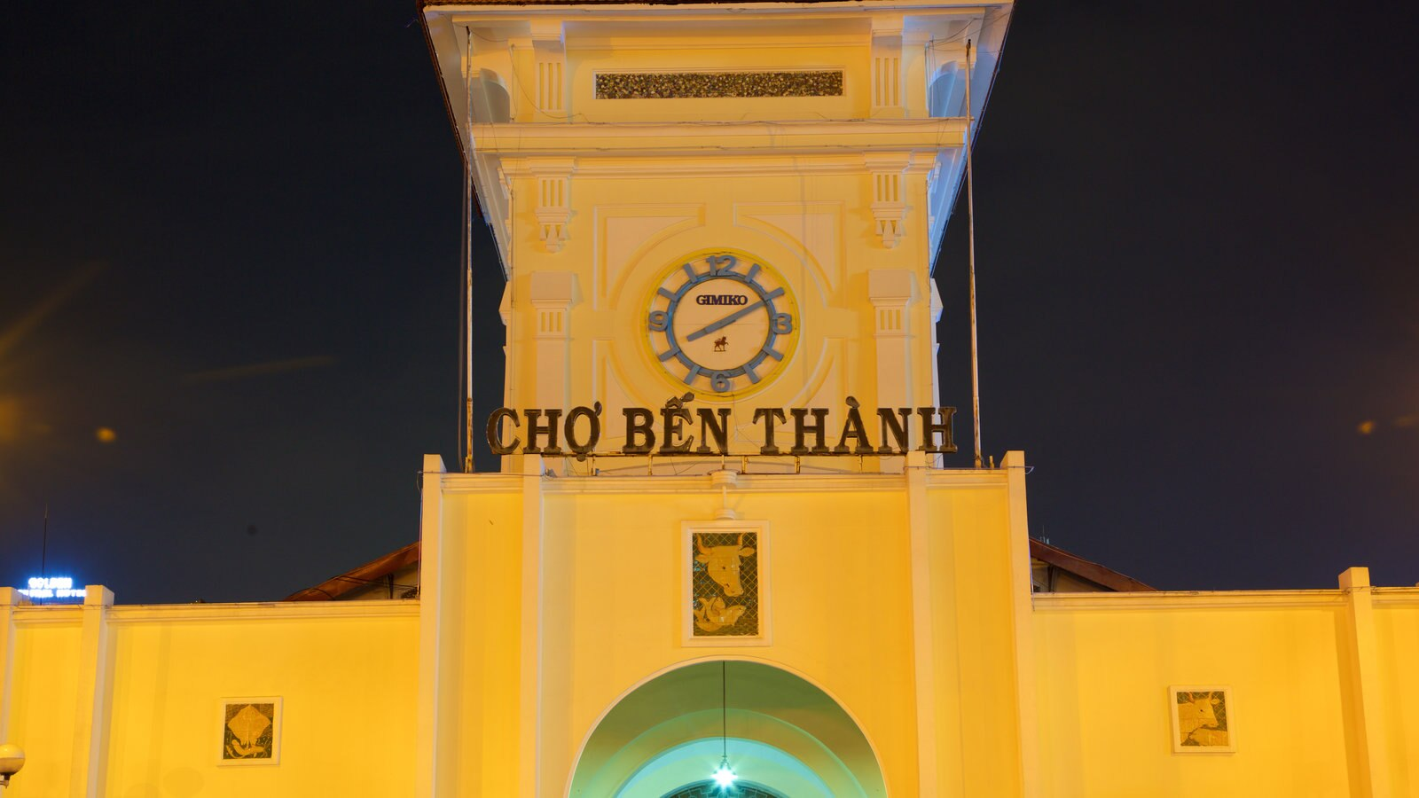 Ben Thanh Market which includes signage