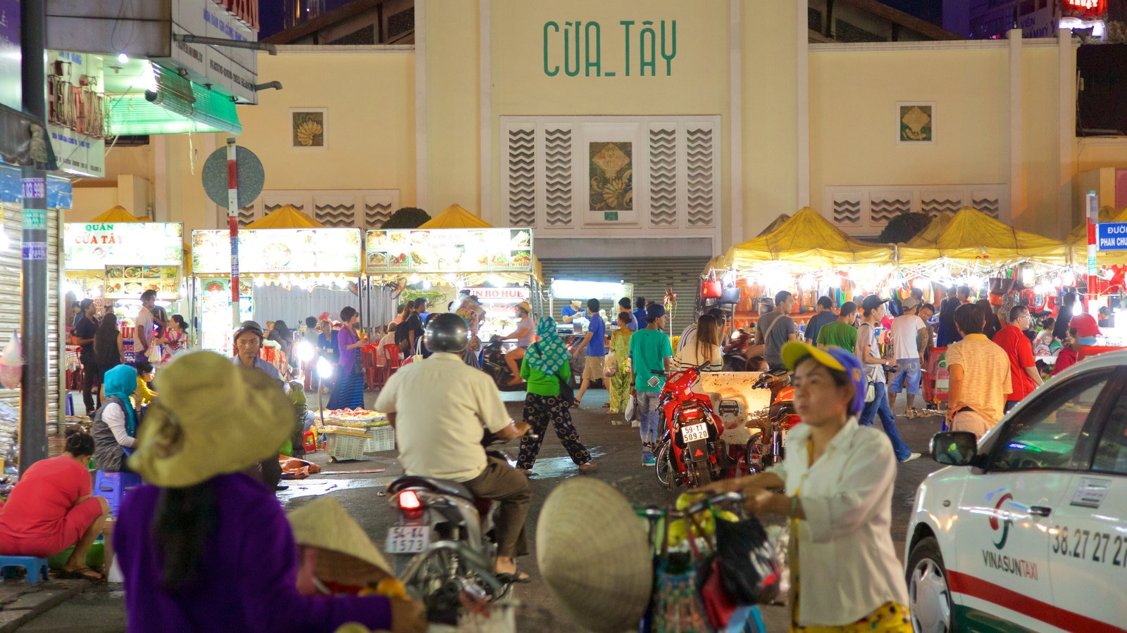 Ben Thanh Market which includes markets, shopping and signage
