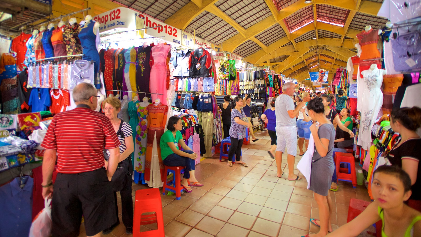 Ben Thanh Market showing shopping, interior views and markets