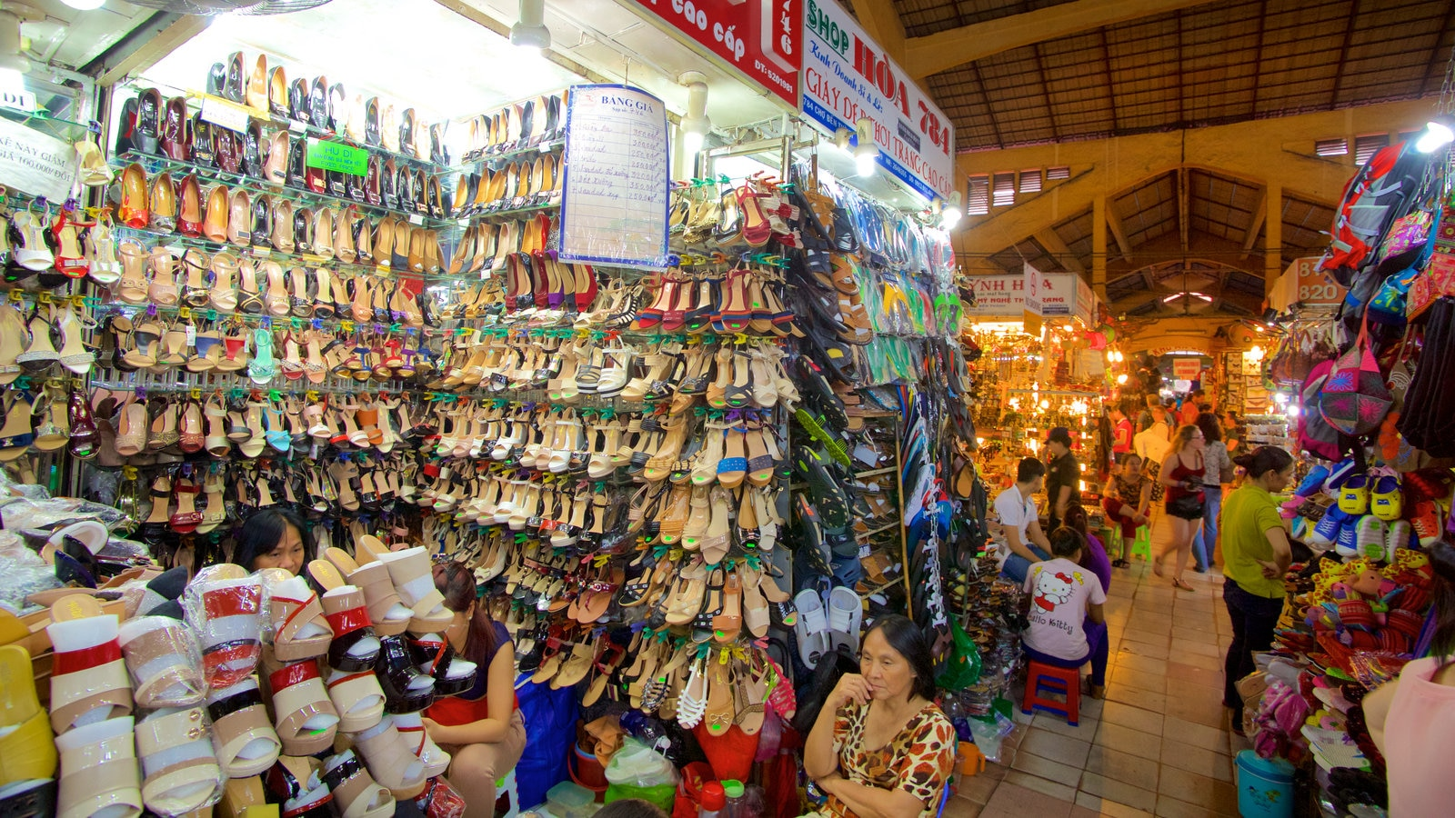 Ben Thanh Market which includes markets, shopping and interior views