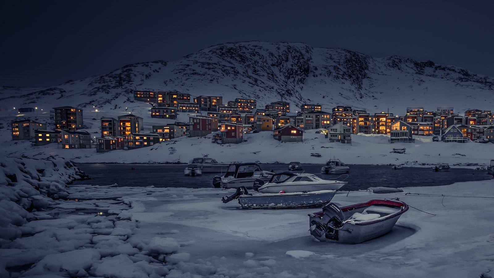 Nuuk ofreciendo escenas nocturnas, montañas y nieve