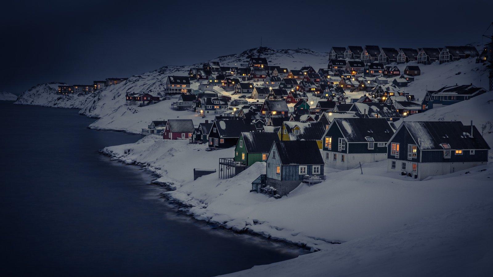 Nuuk mostrando una pequeña ciudad o pueblo, nieve y montañas