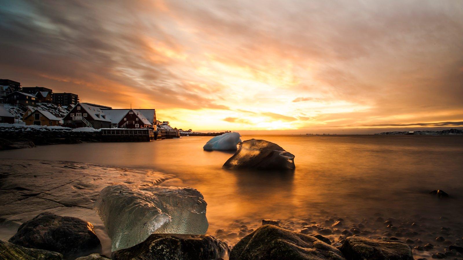 Nuuk mostrando nieve, vistas generales de la costa y una puesta de sol