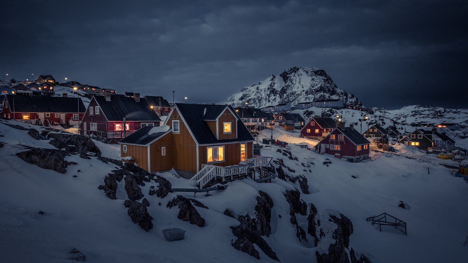 Sisimiut ofreciendo montañas, nieve y escenas nocturnas
