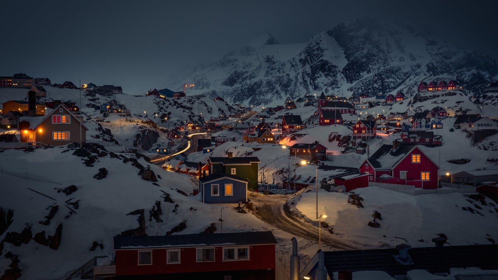 Sisimiut mostrando una pequeña ciudad o pueblo, nieve y montañas