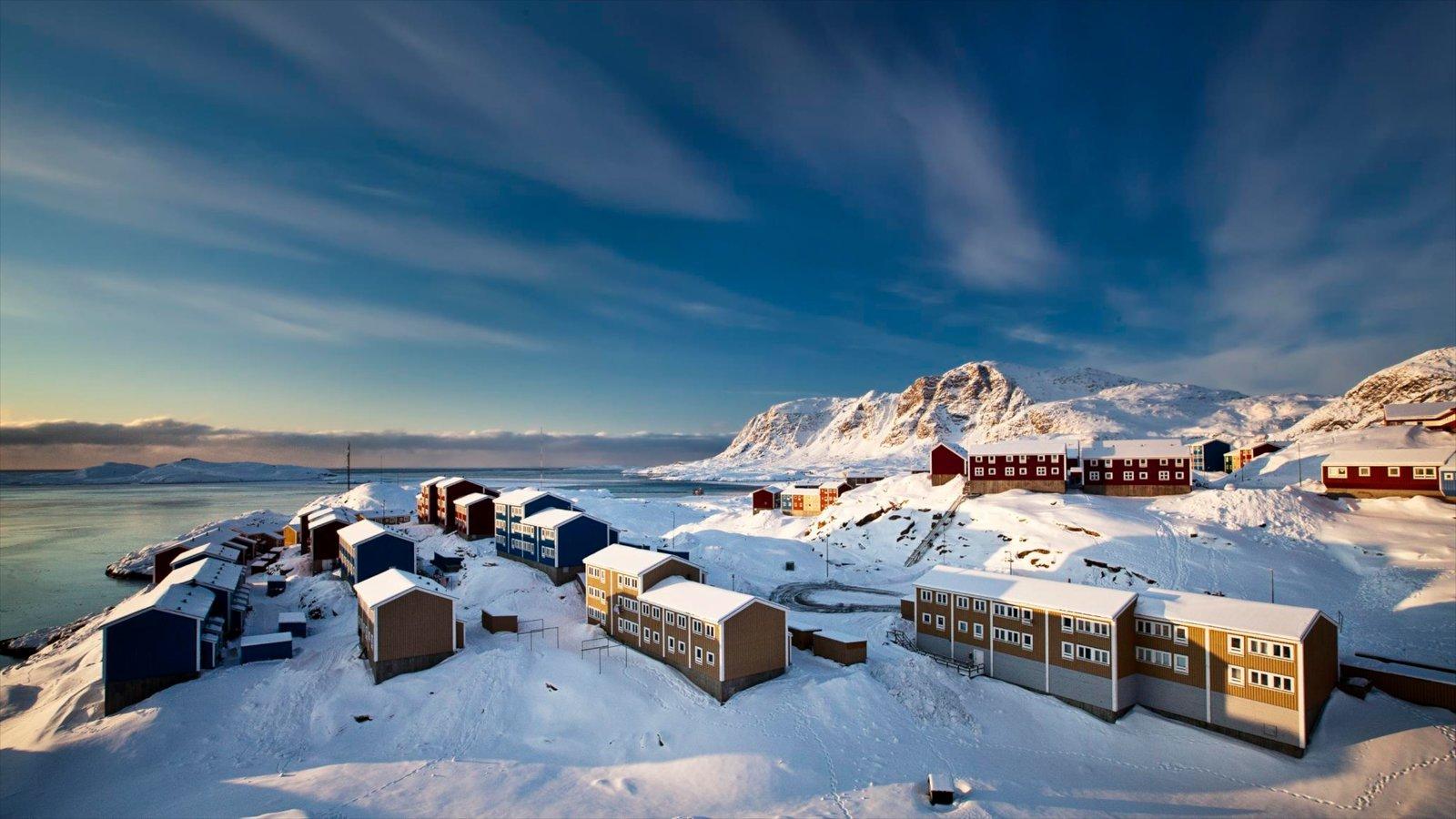 Sisimiut ofreciendo nieve y una pequeña ciudad o pueblo