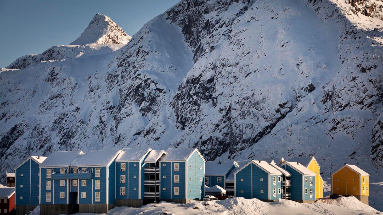 Sisimiut ofreciendo una pequeña ciudad o pueblo, nieve y montañas