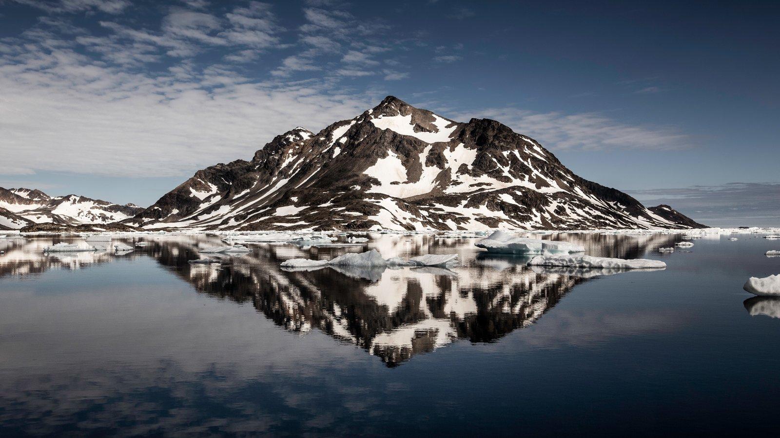 Groenlandia que incluye nieve, vistas de paisajes y un lago o abrevadero