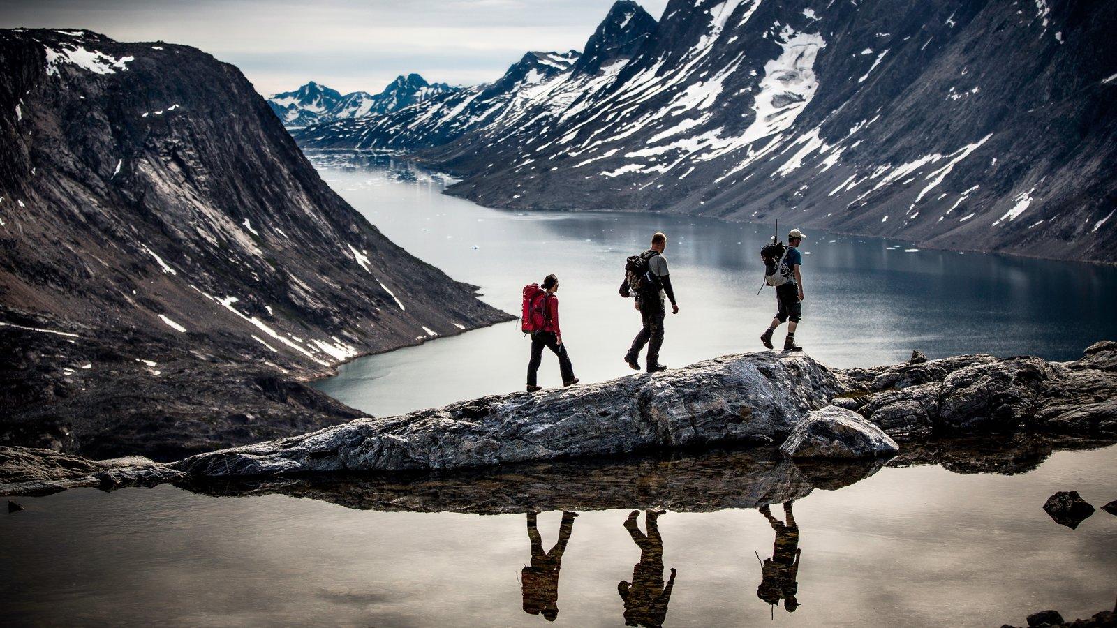 Groenlandia mostrando un lago o abrevadero, nieve y senderismo o caminata