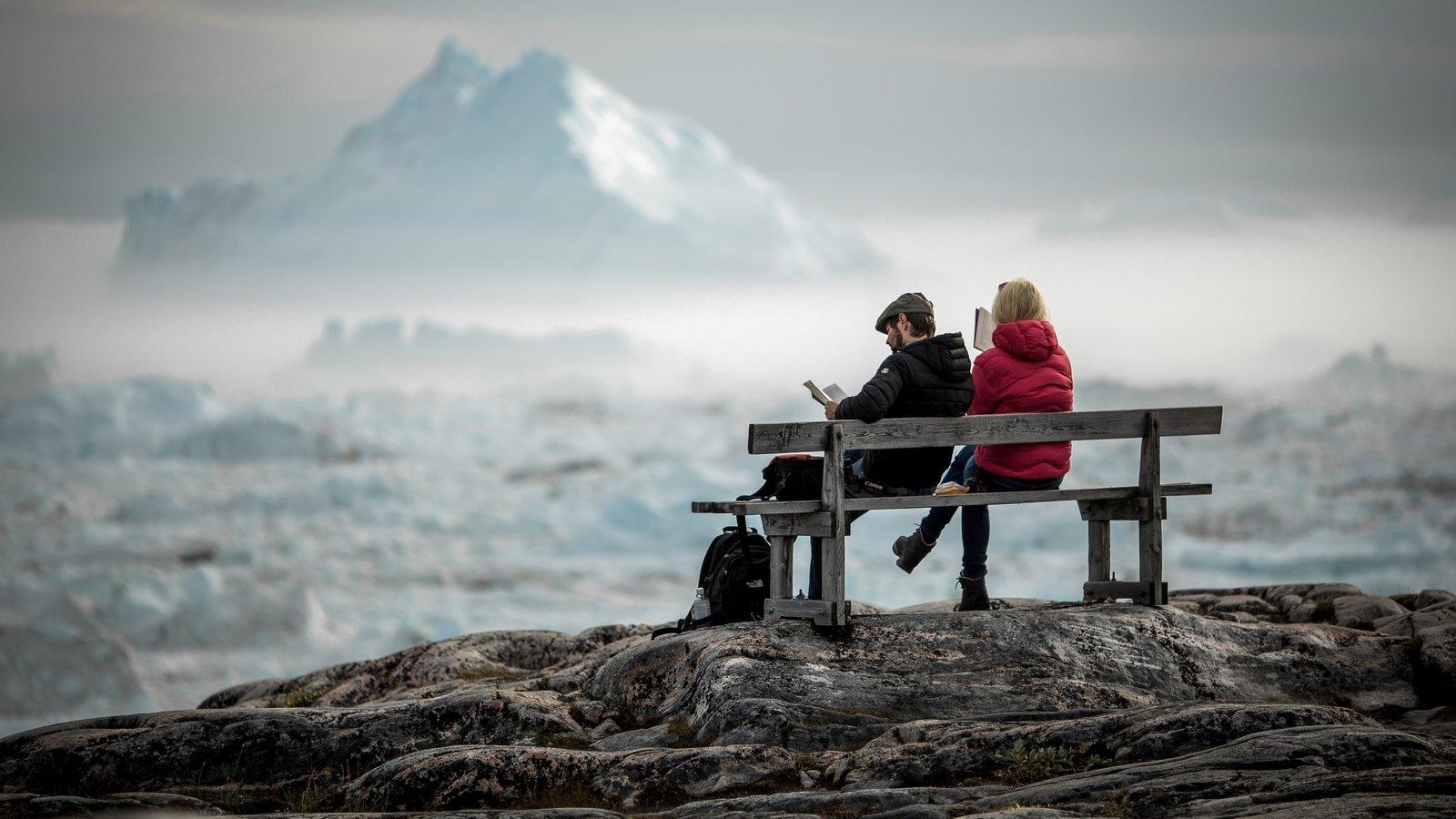 Groenlandia ofreciendo nieve y vistas generales de la costa y también una pareja