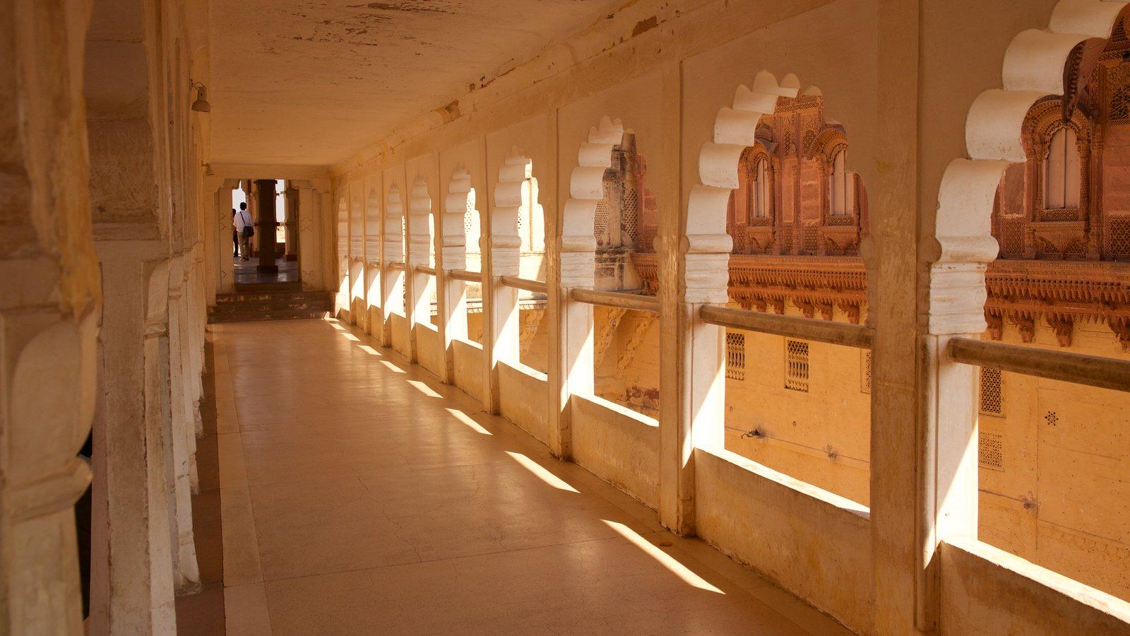 Mehrangarh Fort que incluye un castillo y vistas interiores