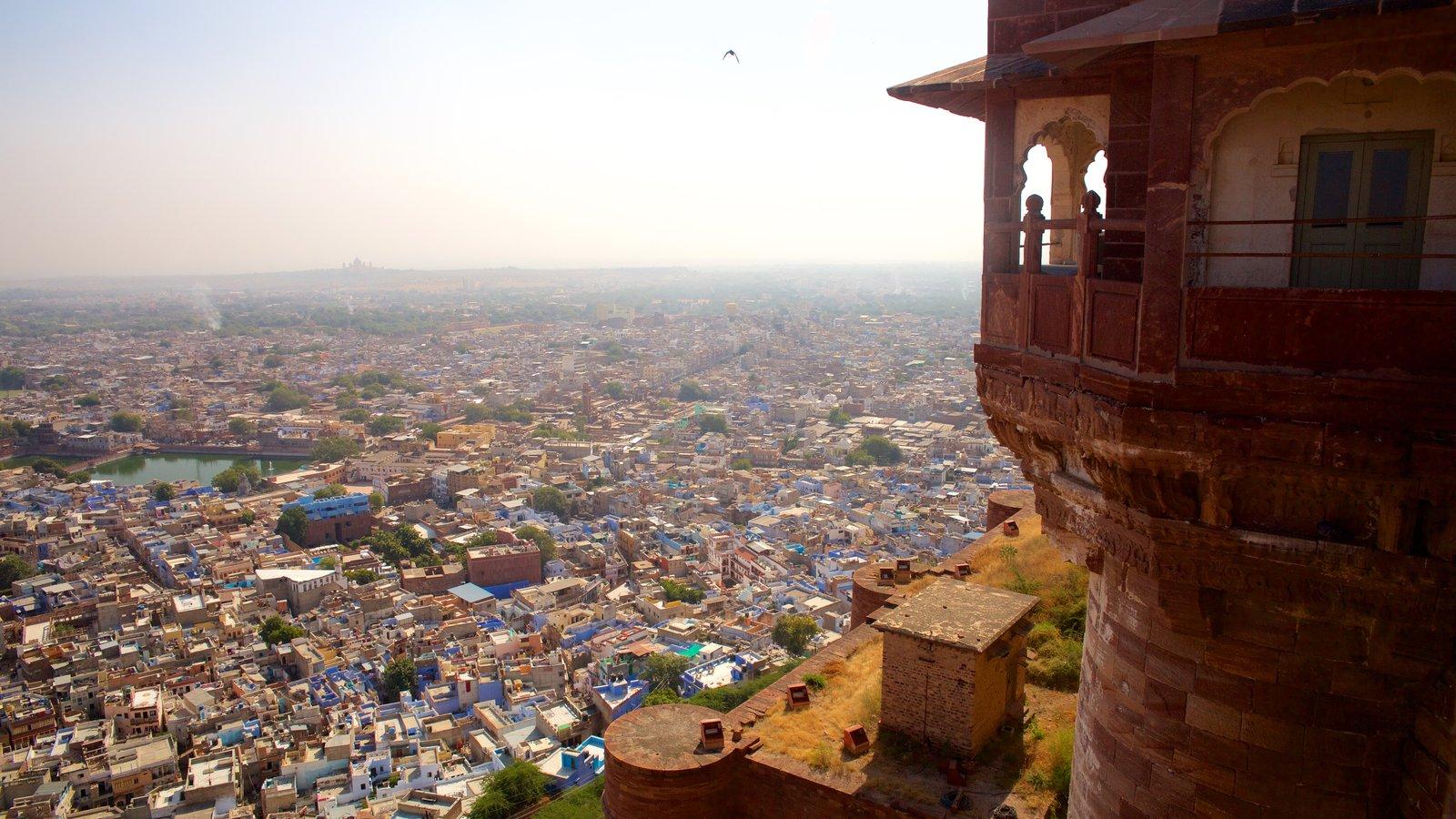 Mehrangarh Fort que incluye elementos del patrimonio y una ciudad