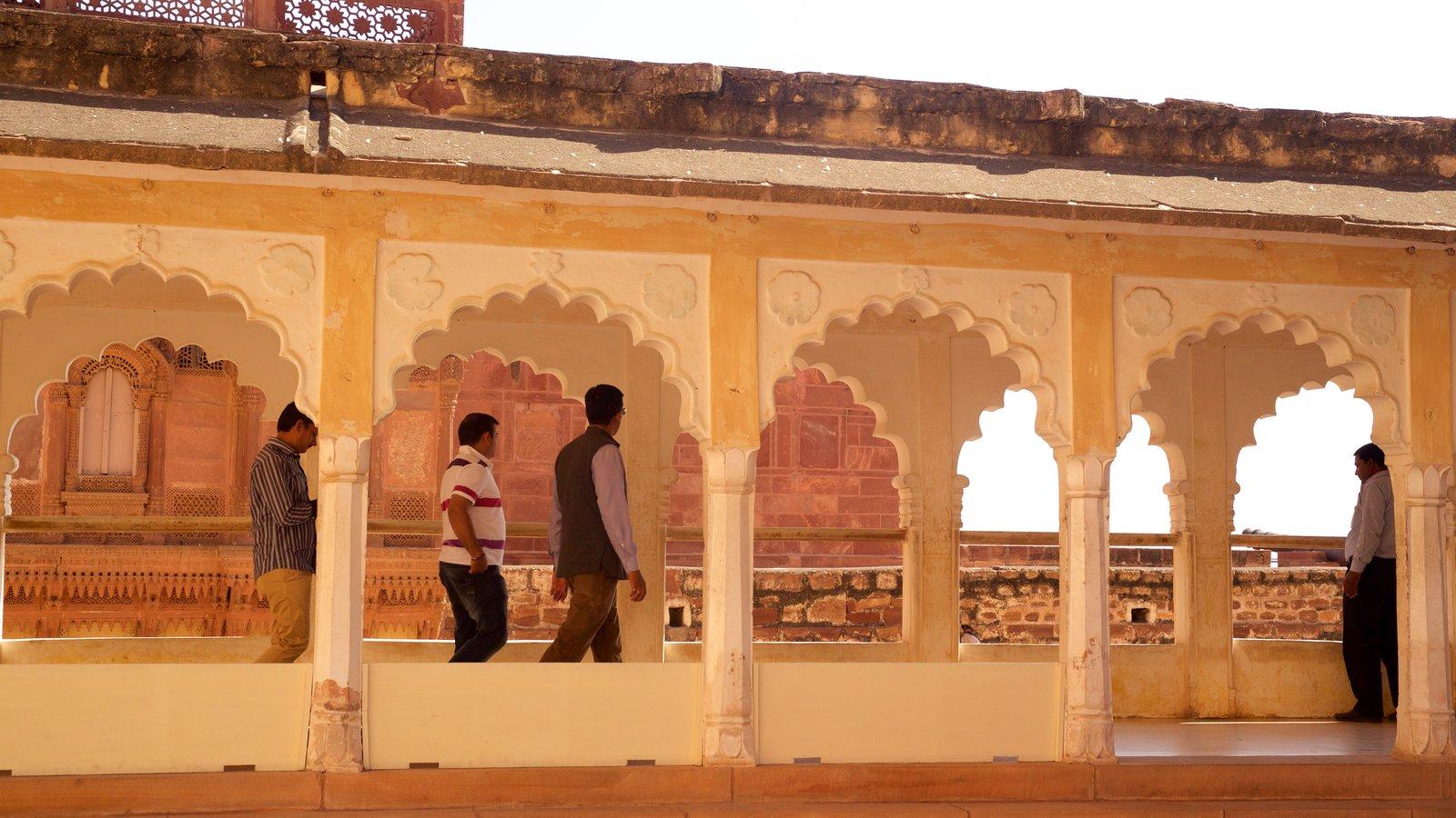 Mehrangarh Fort mostrando patrimonio de arquitectura y elementos del patrimonio y también un pequeño grupo de personas