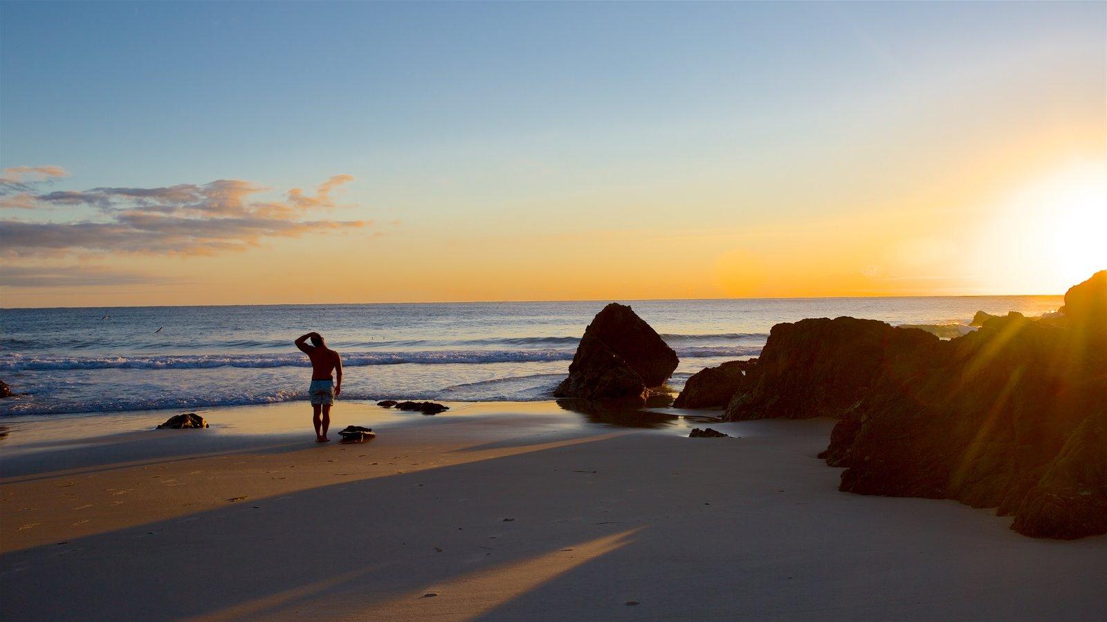 Byron Bay ofreciendo una puesta de sol, vistas generales de la costa y una playa de arena