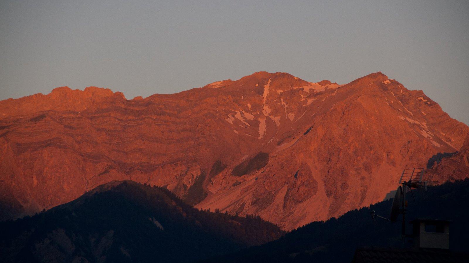 Sauze d\'Oulx que incluye una puesta de sol y montañas
