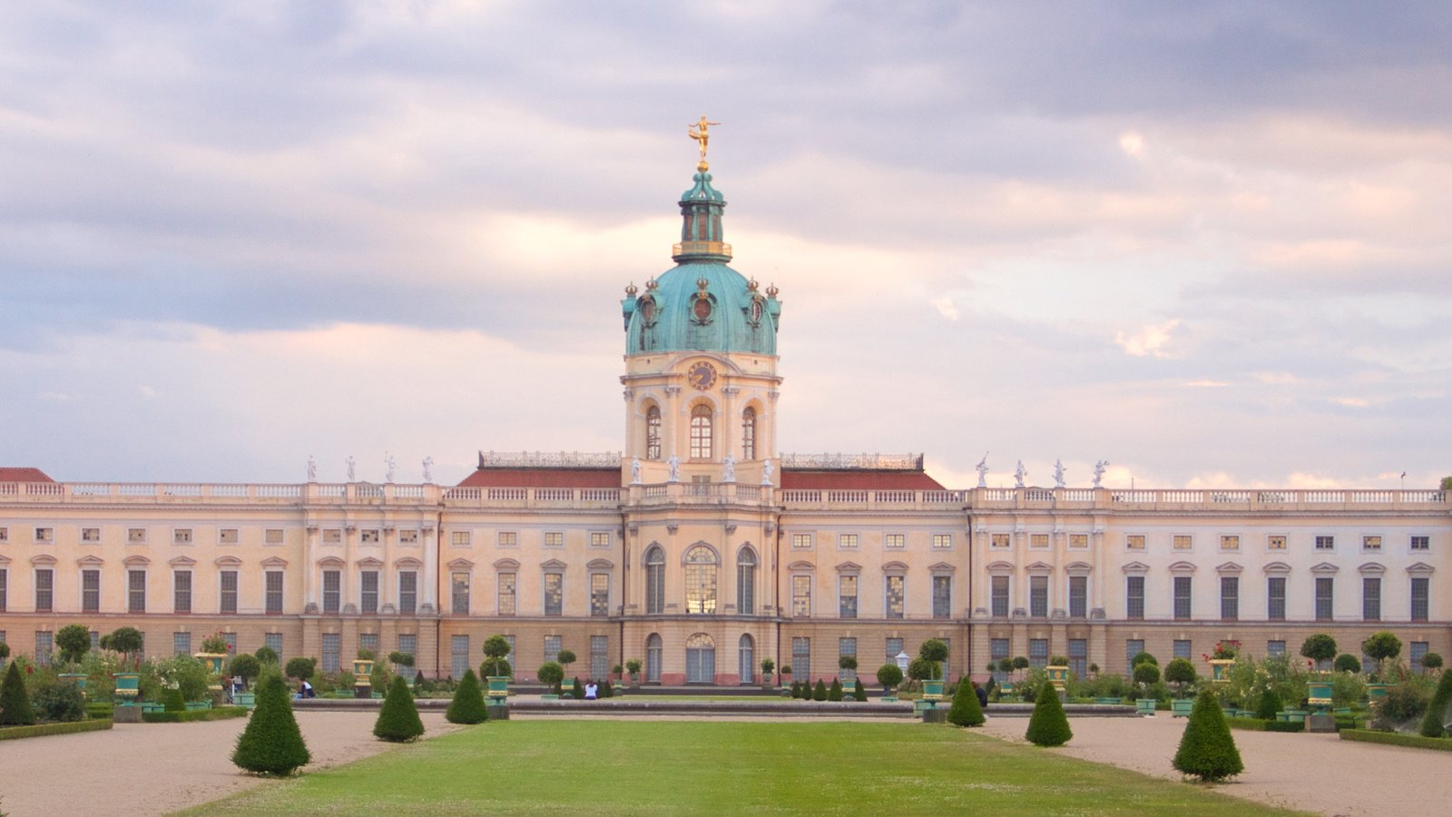 Schloss Charlottenburg featuring heritage architecture, chateau or palace and heritage elements