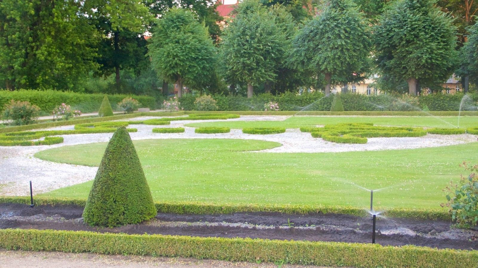 Schloss Charlottenburg showing a garden