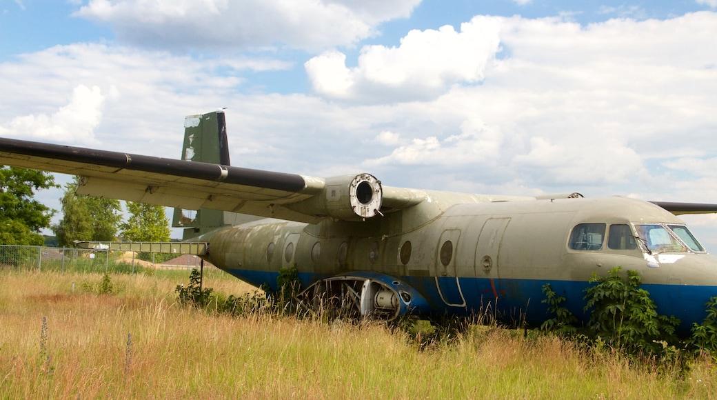 Parque Tempelhof ofreciendo un parque, avión y escenas tranquilas