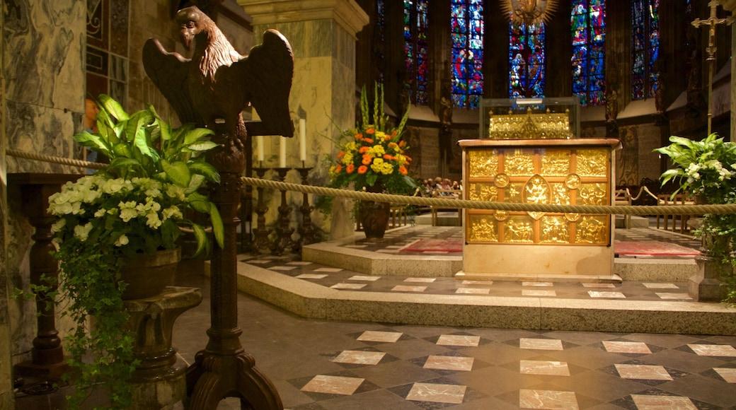 Aachen Cathedral toont een kerk of kathedraal, interieur en religieuze elementen