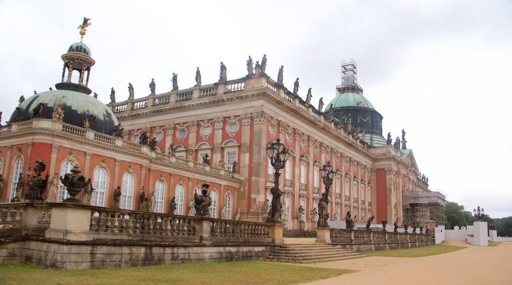 Sanssoucin puisto joka esittää vanha arkkitehtuuri, linna tai palatsi ja perintökohteet