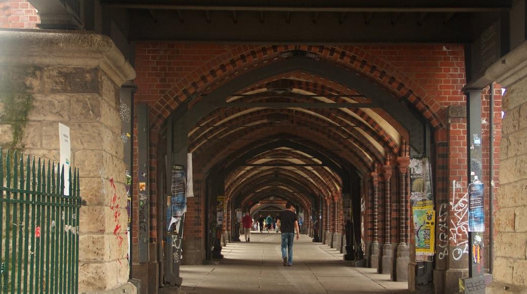 Puente Oberbaum ofreciendo vista interna y arquitectura patrimonial