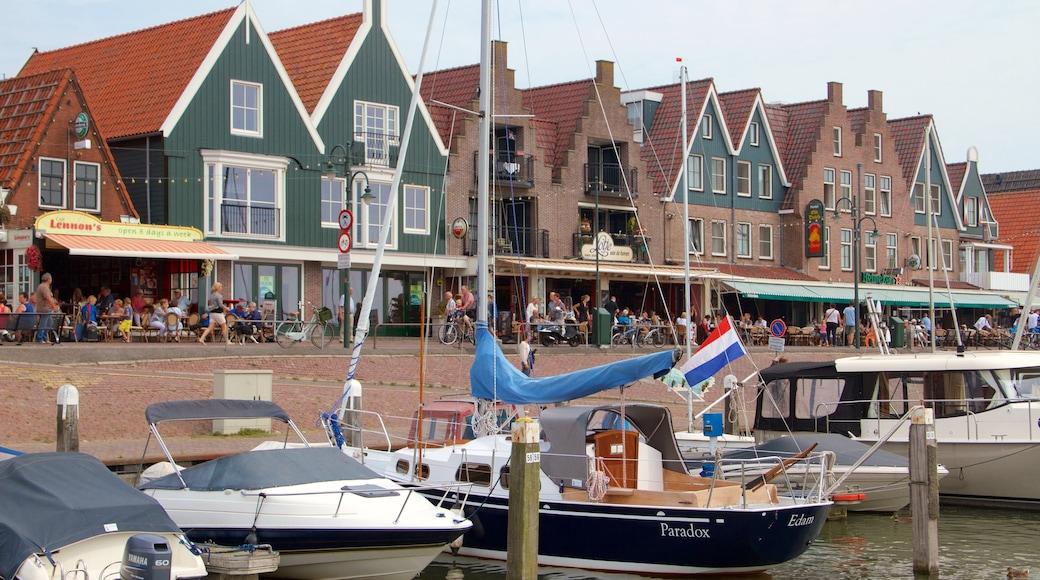 Hafen von Volendam mit einem Bootfahren, Küstenort und Bucht oder Hafen