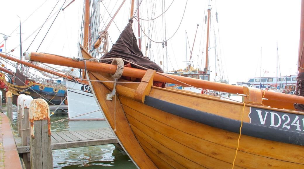 Hafen von Volendam mit einem Bootfahren und Bucht oder Hafen