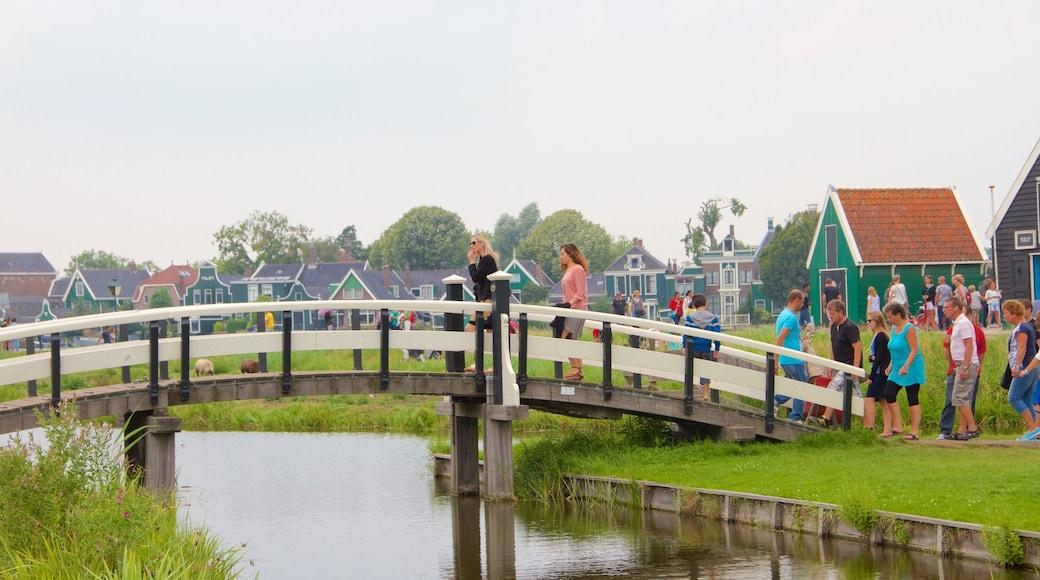 Zaanse Schans presenterar en bro, en liten stad eller by och en sjö eller ett vattenhål