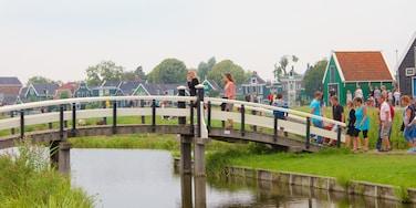 Zaanse Schans fasiliteter samt bro, innsjø og liten by eller landsby