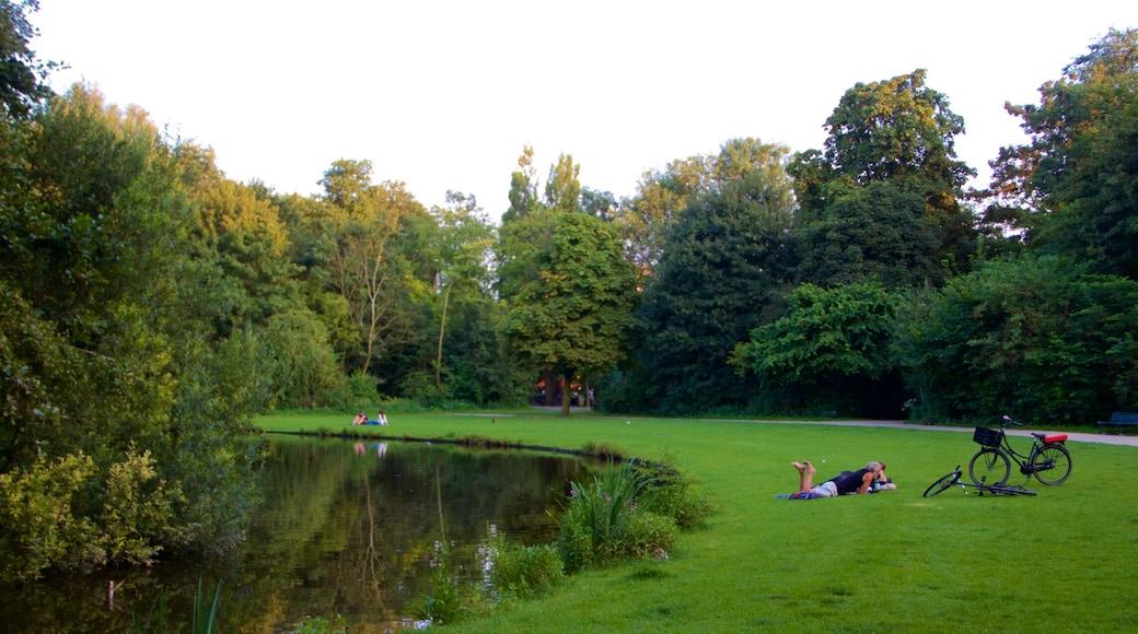 Nord-Holland das einen Garten und Teich sowie Paar