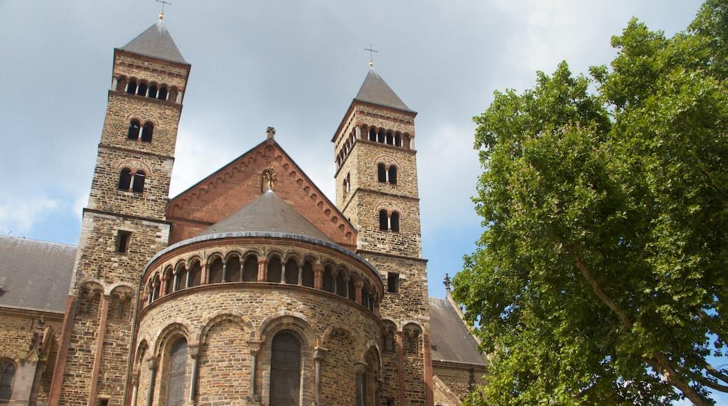 Basilica di San Servazio mostrando chiesa o cattedrale, architettura d\'epoca e elementi religiosi