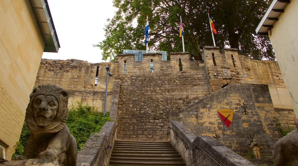 Castello di Valkenburg che include rovine, castello o palazzo e statua o scultura