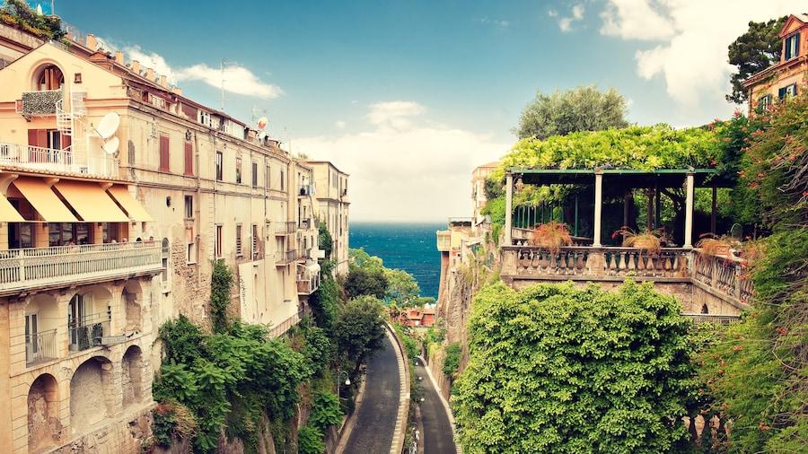 Sorrento toont historische architectuur en een kuststadje