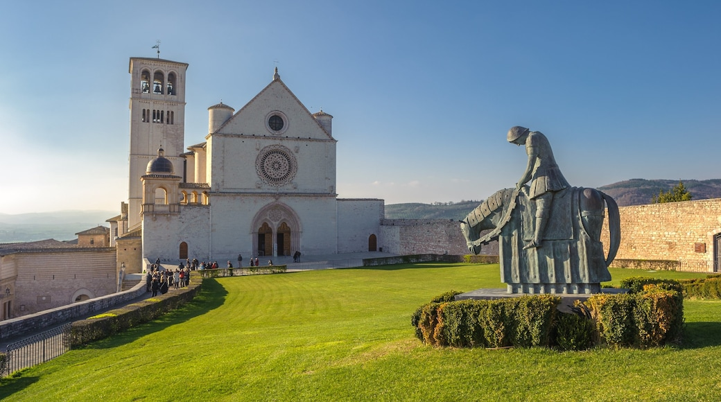 Assisi caratteristiche di architettura d\'epoca, chiesa o cattedrale e statua o scultura