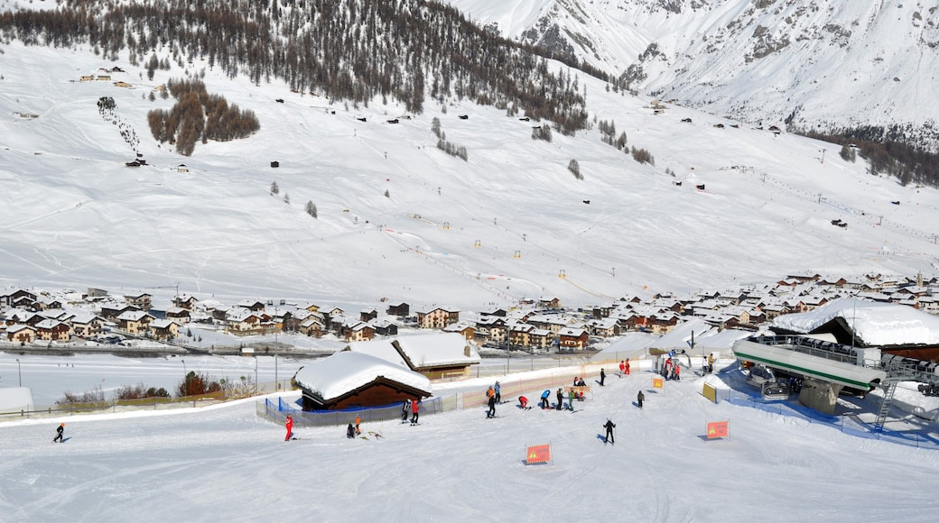 Livigno que inclui esqui na neve, montanhas e uma cidade pequena ou vila