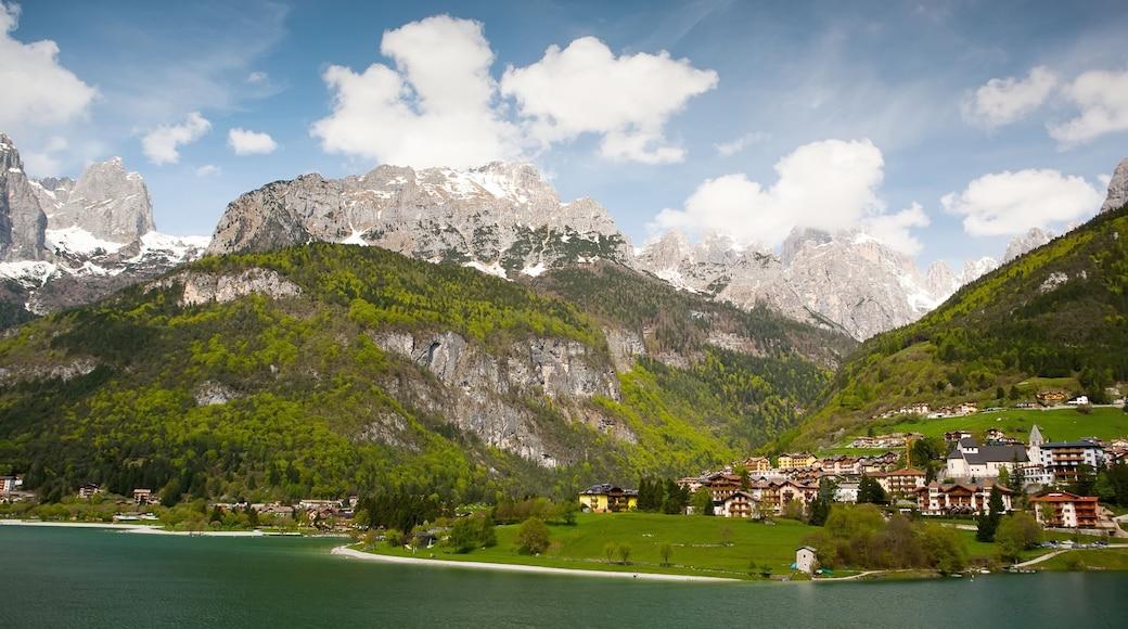 Molveno mit einem Berge, See oder Wasserstelle und Kleinstadt oder Dorf