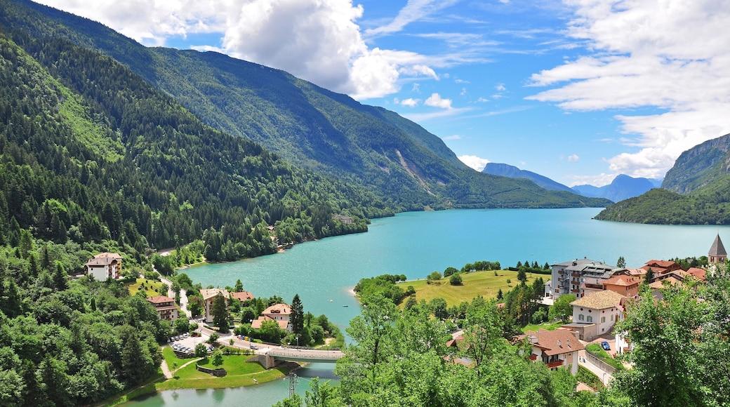 Molveno che include vista del paesaggio, montagna e lago o sorgente d\'acqua